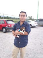 Israel con su beagle Hunter