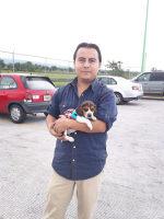 Israel con su beagle Hunter