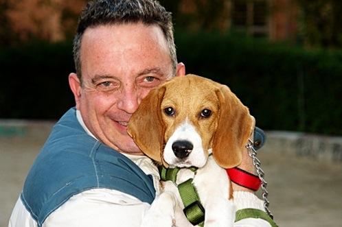 Ricardo con su perrita beagle Nala