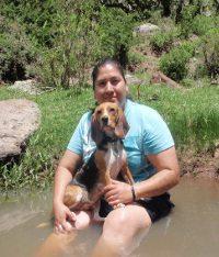 Hanna y Lizbeth en el río